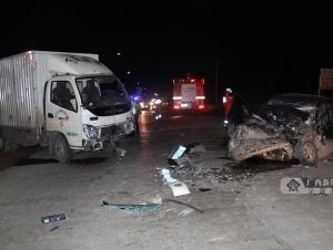 忻城发生三车相撞事故造成两人受伤 现场一片狼藉