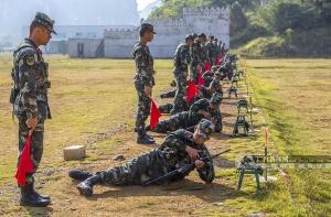 高清:?#20122;?#26149;压进枪膛 武警新兵打响军旅第一枪