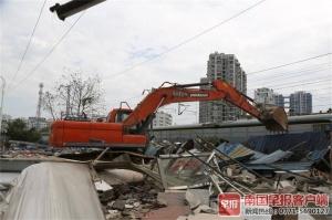 屋顶建筑材料威胁铁路安全 美食城部分档口被拆除