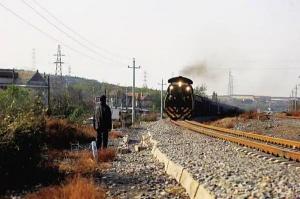 真・英雄!79岁大爷一路狂奔救下一列火车