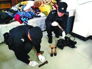 11月18日焦点图:村民整理家中物品发现3枚手榴弹和19发子弹