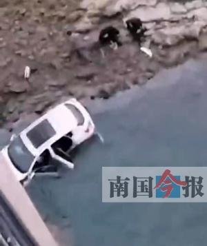 命大!轿车撞坏栏杆坠下大桥 车上三人保住了性命