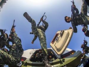 高清:直击武警特战队员开展交通工具反劫持演练