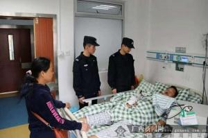 凭祥边境管理大队民警救助一名车祸受伤群众