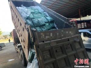 拉沙货车藏10吨走私冻牛肉 被民警识破