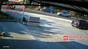 灵山一女孩在学校门前过马路被摩托撞飞 不幸身亡