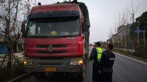 超载15.2吨!桂林一大货车超载达110% 罚2千记6分