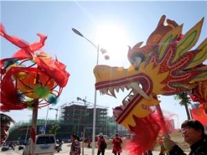 广西融安:搬迁群众舞龙庆丰收