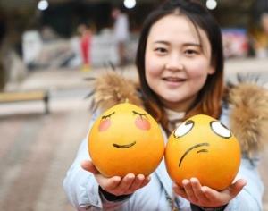 重庆涪陵:滚滚爱心 趣味义卖