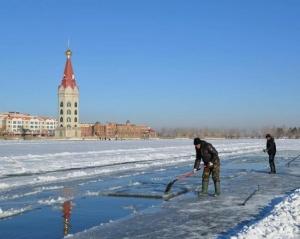 满洲里:冰雪节前取冰忙