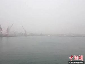 大霧致船舶航行受阻 河北秦皇島邊檢站24小時備戰