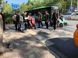 記者在街頭采訪:斑馬線上,為何總是行人讓電驢