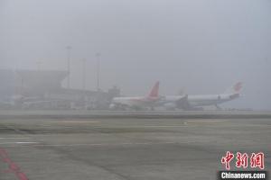 大霧天氣致成都機場超百架航班積壓