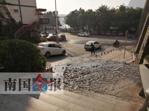 怎么回事?柳州一道路突然冒出大量油污和淤泥(图)
