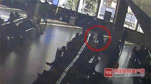 一男子在南寧火車站內乞討 被拒后竟劃壞旅客手機