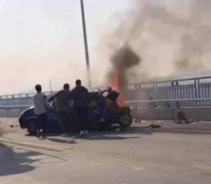 柳州一大橋突發車禍!小車燒成鐵架 兩人不幸遇難
