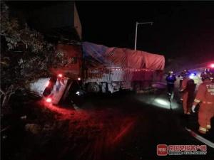 欽州一貨車與小車相撞 造成一家四口兩死兩傷(圖)