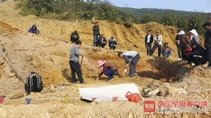 上林发现一座疑似古墓 两具棺材在水中浸泡仍完整