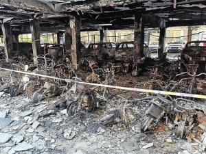 南寧一停車場深夜起火 近百輛電單車被燒毀(圖)