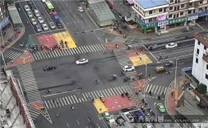 贵港:路口应用色块功能区 破解二轮车通行难题