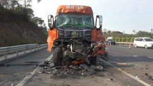 钦州:两辆半挂车追尾 车头变形一司机当场死亡
