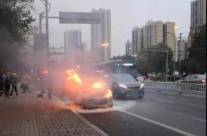 柳州一小车行驶中着火,司机:车刚从车?#26032;?#22238;来