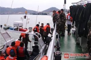渔船搁浅12名船员遇险!防城港海警紧急出海救援