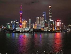 民众在上海外滩迎接2020年新年