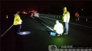 面包車高速路上撞護欄側翻 車內1人當場身亡(圖)