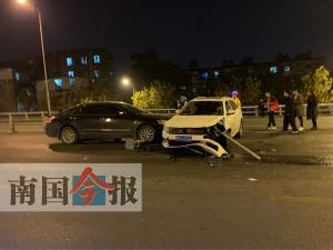 白色轿车失控撞击隔离栏又撞车 事发柳州广雅大桥