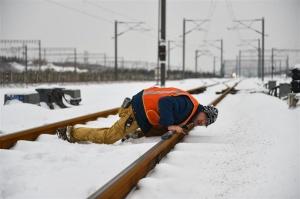 寒冬里的铁路守护者