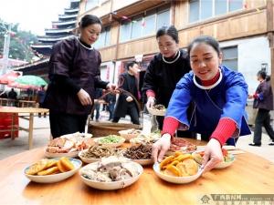 【高清】三江:侗寨喜添新戏台 群众欢歌展风情
