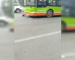 南宁一男子钻进公交车底赖着不走 这是什么操作?
