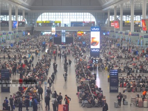 春运首日:南宁火车东站迎众多回家旅客