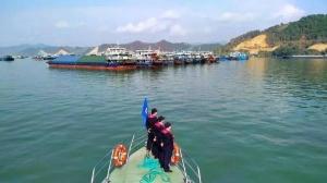 西江梧州段现10年罕见枯水水情,超800艘船待闸
