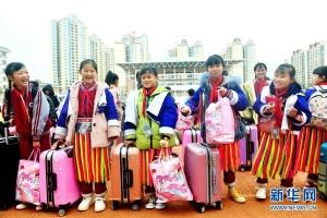 广西贺州:爱心车队免费送土瑶学子回家