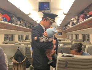 D3571次列车上演最温暖抱抱 这一刻他像极了父亲