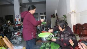 广西田阳:市民包粽粑 欢乐迎新年