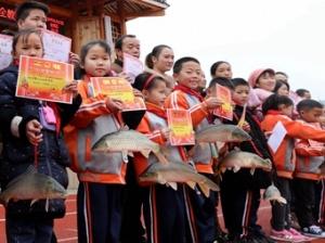 1月17日焦点图:三江一小学发活鲤鱼奖励学生