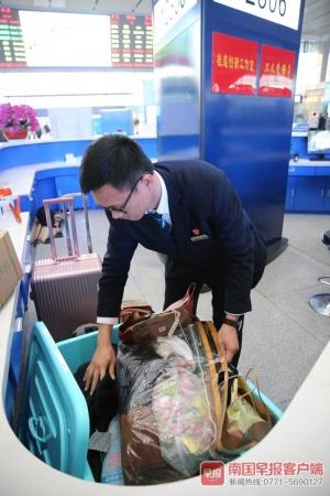 南宁东站客运员刘德锟,感动于旅客失而复得