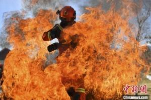 云南迪庆森林消防组织灭火实战训练