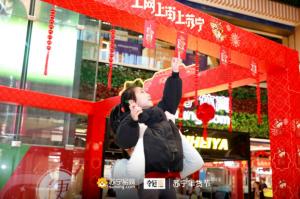 """女排奥运冠军落地苏宁总部 """"惠若琪式""""击掌走红"""