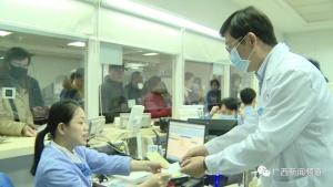 医院启用安检门 联防联控新型冠状病毒广西在行动