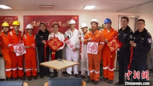 登外轮送年味 上海边检与船员度中国年