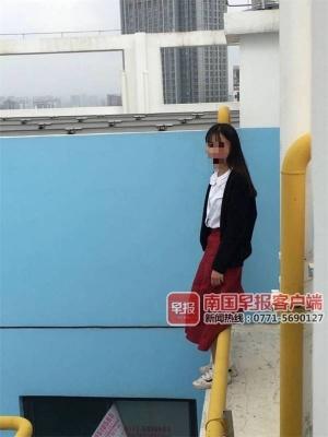 女子除夕爬到33樓欲跳樓,南寧一輔警攀爬營救