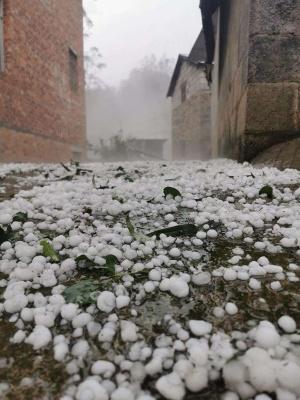 高清:百色西林縣古障鎮突降冰雹!受災群眾已安置