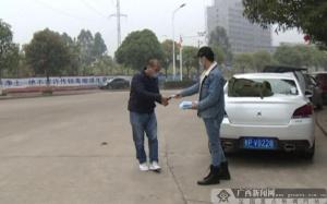 防城港市一男子免费向市民发放1000多只口罩