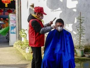 重庆:志愿者理发服务队社区送清爽