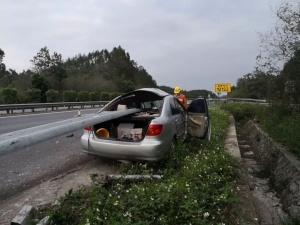 南宁一小车撞上防护栏 整个车身被穿刺!(图)