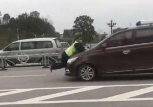 """嚣张!桂林西站一""""野马""""司机顶推交通执法人员数十米"""